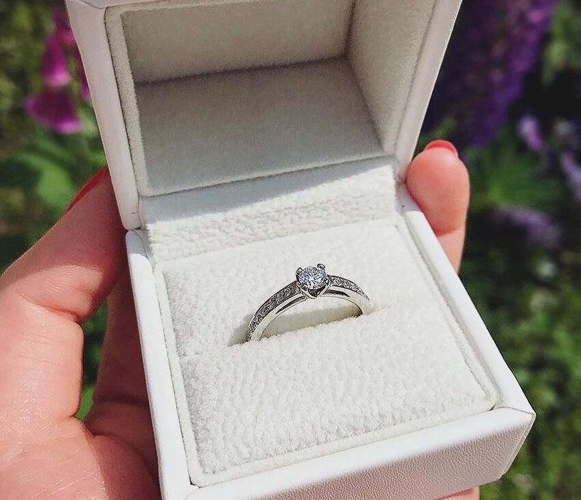 AFFLUXのリングケースと婚約指輪