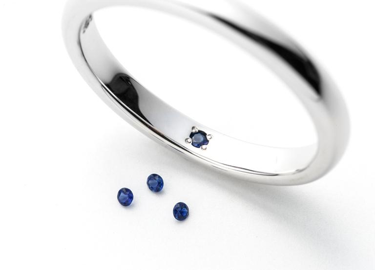 9月の誕生石、サファイアの留められた結婚指輪