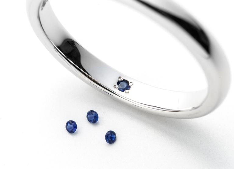 結婚指輪に留められたサファイア