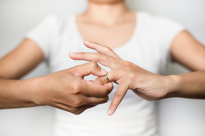結婚指輪が抜けない女性