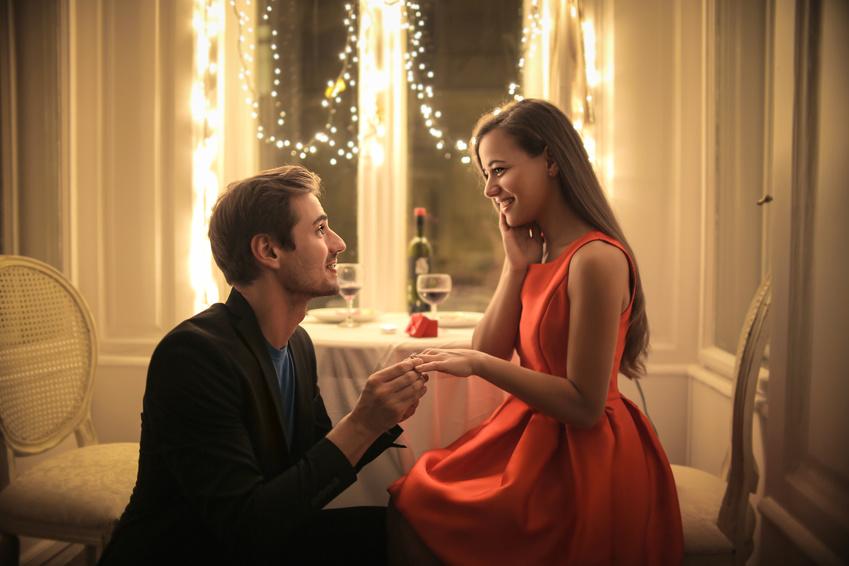 レストランでプロポーズする男性