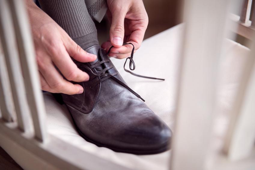 結婚式の準備をする新郎の靴