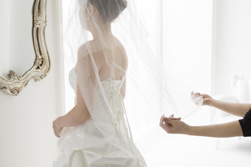 介添人が花嫁のベールを持つ