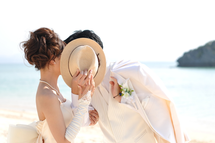 純白のドレス、タキシードを着た新郎新婦