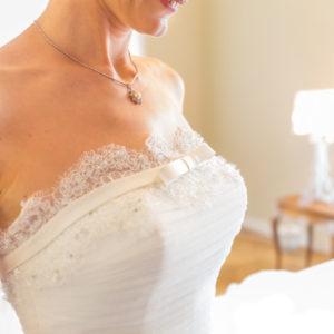 ウェディングドレスの「胸元」から生まれる、魅力的な花嫁姿