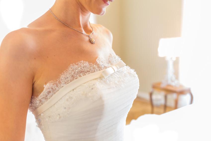 ウェディングドレスの胸元