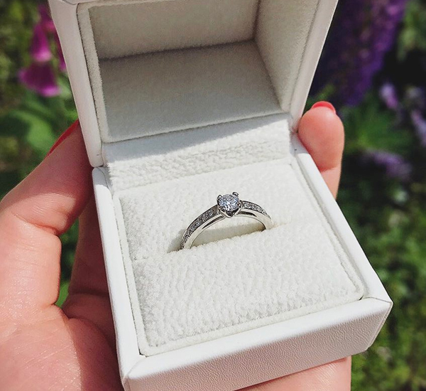 サプライズプロポーズに使われる婚約指輪