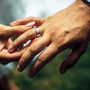 結婚指輪は右手薬指に着ける?外国の文化について